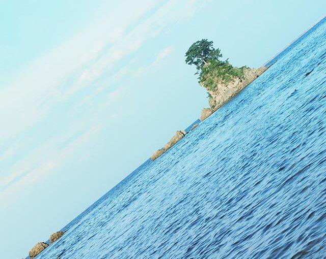 凪いだ海の女岩